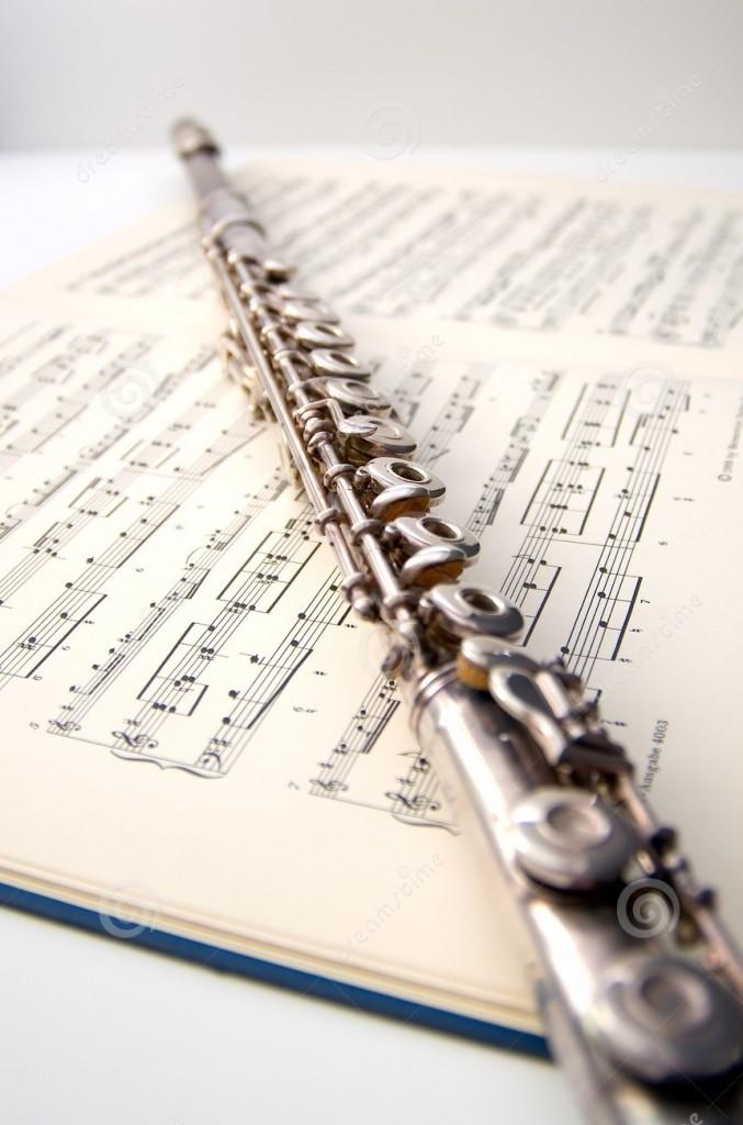 een-fluit-op-bladmuziek-2373594
